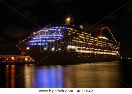 Kreuzfahrtschiff nachts In San Joan