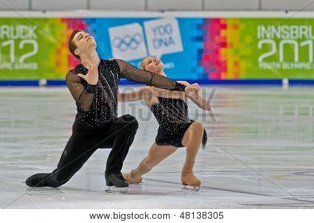 INNSBRUCK, Áustria - 14 de janeiro Caitlin Belt e Michael Johnson (EUA) colocam 4 na figura skati