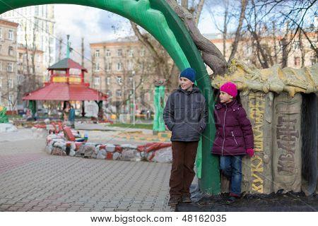 Moscou - 10 de NOV: Anya 7 anos de idade, Dmitry 10 anos, jogando no parque com esculturas feitas b
