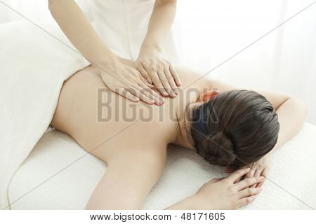 The esthetician who massages a back