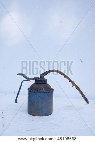 Lata de aceite viejo azul