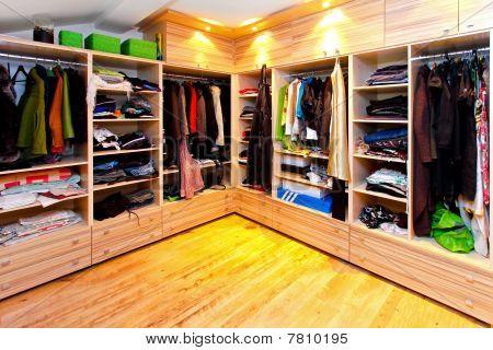 Großer Kleiderschrank