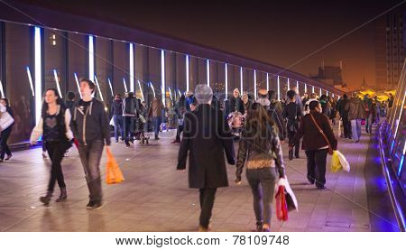 People passing by the Stratford shopping center on the way to the central transport ring.