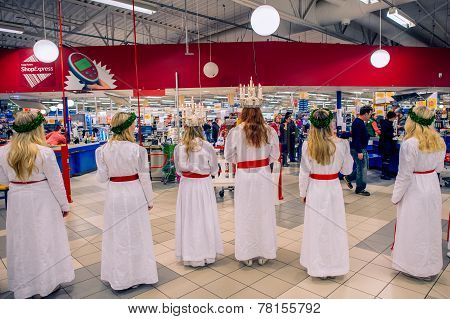 Saint Lucy procession greets customers at a supermarket
