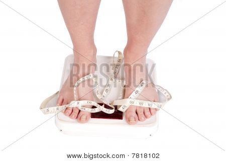 Füße auf Skalen mit Klebeband