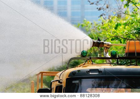pours hose water from high pressure tube on gardening truck