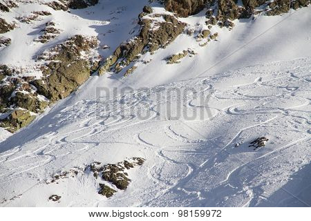 Extreme Freeride, tracks on a snowy slope.