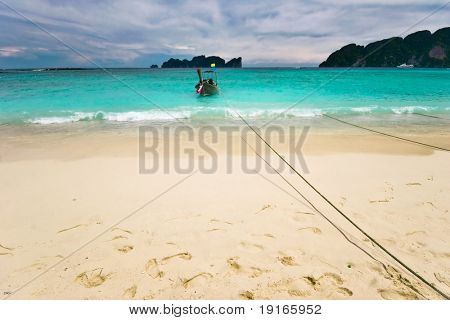 Barco cerca de la playa tropical de arena blanca. Mar de Andamán. Provincia Krabi. Isla de Koh Phi Phi. Unido Th