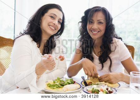 Nahen Osten Frauen saß am Tisch essen