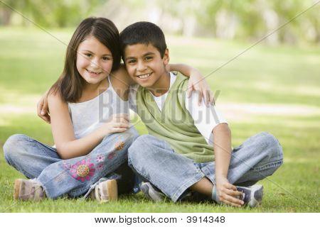 nahöstlichen Kinder sitzen auf Gras im park