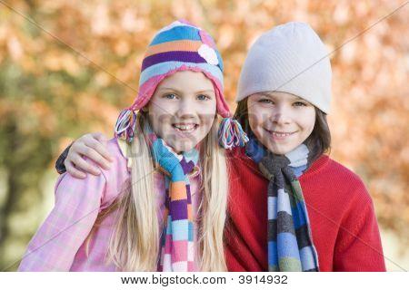Kinder sitzen auf woodland zaun