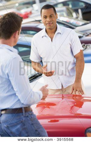 Mann, Auto kaufen