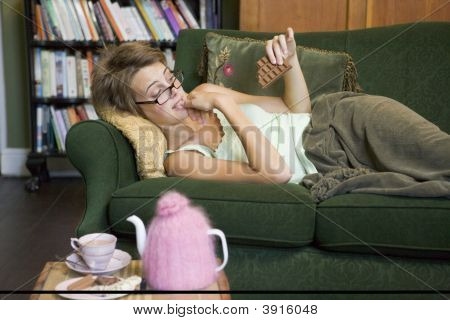 Mulher procurando culpado de comer Chocolate