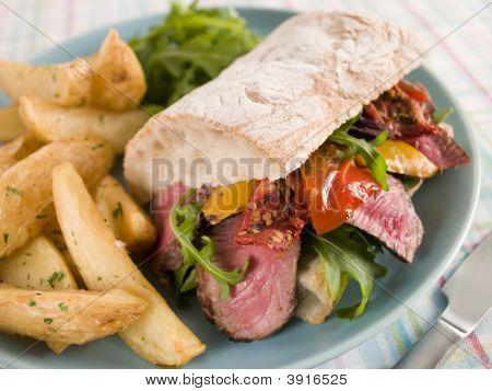 Carne y pimiento asado Ciabatta Sandwich con especias papas gajo
