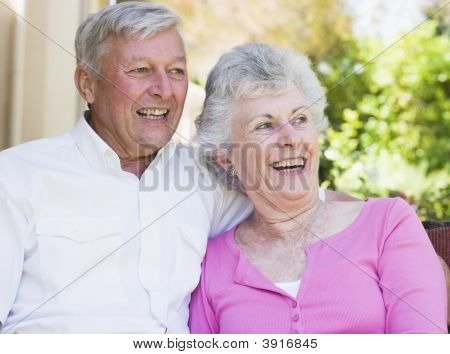 Senior Couple outdoors sitzend