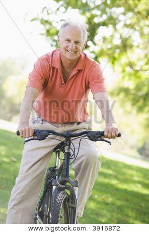 Senior Man mit dem Fahrrad