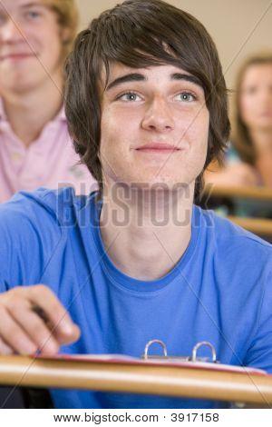 Estudiante en la clase tomando notas (enfoque selectivo)