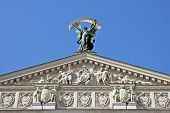 Постер, плакат: Скульптура славы с пальмовую ветвь на фронтоне Опера во Львове