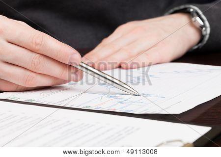 Geschäftsleute, die Vertrag lesen