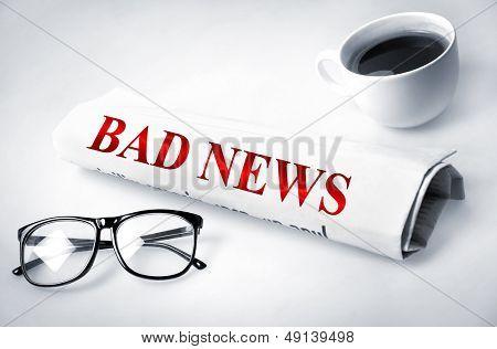 Schlechte Nachricht Wort auf Zeitung