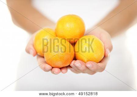 Clementine. Clementinen, die eine Vielzahl von Mandarinen Zitrusfrüchte sind. Frau Ergebnis Handvoll.