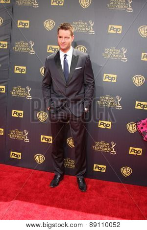 LOS ANGELES - APR 26:  Justin Hartley at the 2015 Daytime Emmy Awards at the Warner Brothers Studio Lot on April 26, 2015 in Burbank, CA