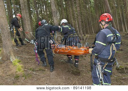 Training rescue injured people in difficult terrain