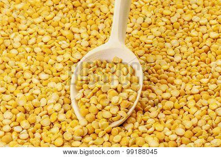 Dry split peas with wooden spoon