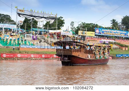 PHITSANULOK, THAILAND - SEP 19 : Unidentified crew in traditional Thai long boats competition festiv