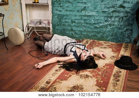 Crime Scene Simulation: Strangled Brunette On The Floor