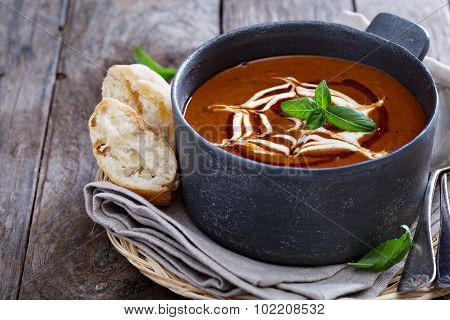 Spicy tomato cream soup with bread