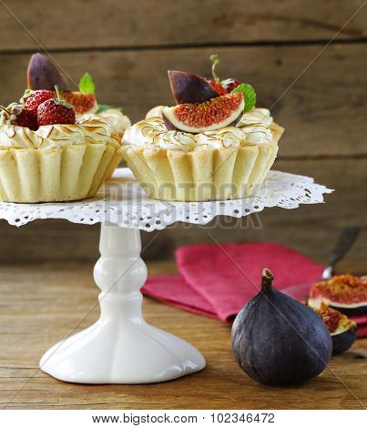 dessert tartlets from shortcrust pastry with meringue and fruit