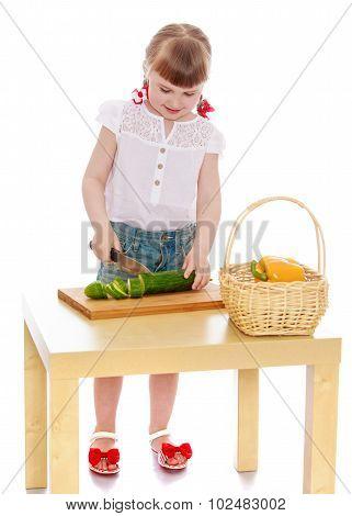 girl cut salad