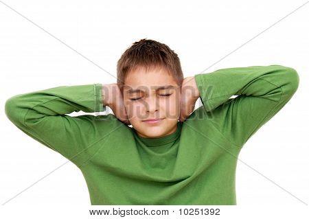 Adolescente con los brazos en las orejas