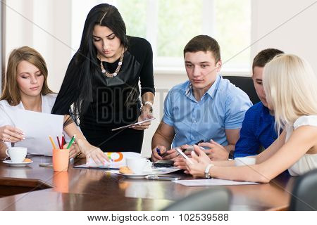 A Group Of Young Economists In The Office To Discuss The Problem.