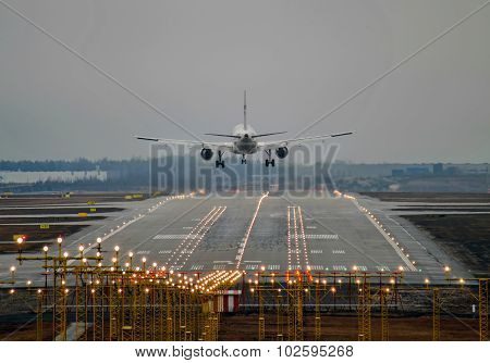 Airplane landing to runway