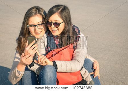 Best Friends Enjoying Time Together With Smartphone In A Spring Sunny Day - New Trend And Technology