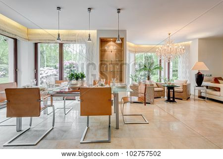 Spacious Apartment With Dining Area