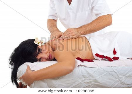 Frau bekommen Massage im Spa
