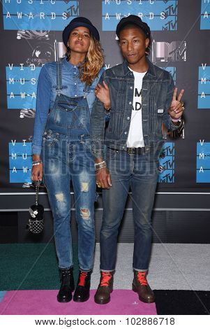 LOS ANGELES - AUG 30:  Pharrell Williams & Helen Lasichanh 2015 MTV Video Music Awards - Arrivals  on August 30, 2015 in Hollywood, CA