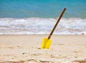 picture of spade  - Kids spade on a tropical beach - JPG