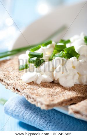 Wholemeal crispbread with quark and chive
