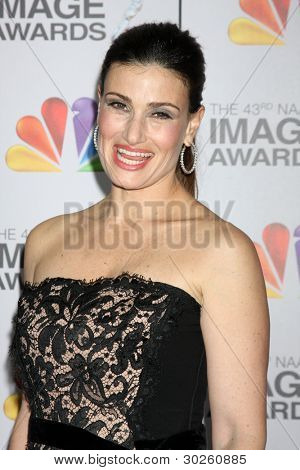 LOS ANGELES - FEB 17: Idina Menzel kommt bei der 43. NAACP Image Awards im Shrine Auditorium