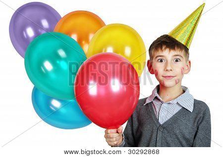 Chico en sombrero de cumpleaños