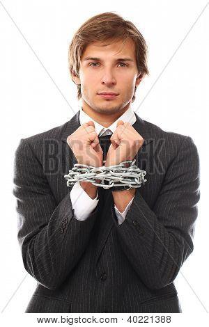 Mãos de empresário bonito acorrentadas sobre um fundo branco