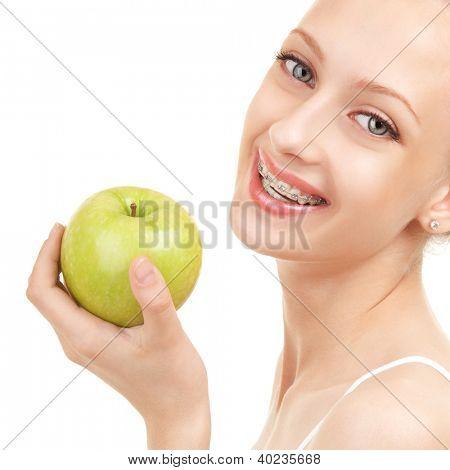 Linda garota chaves com maçã verde sobre fundo branco