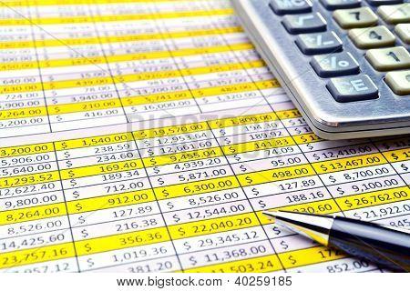 Finanzieller Form mit Stift und Taschenrechner.