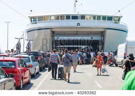 SPLIT, Kroatië - 4 augustus 2012: Mensen aan boord van de veerboot op 4 augustus 2012 in Split, Kroatië. Spli
