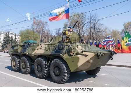 Armored personnel transporter with commander