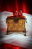 pic of casket  - Antique jewellery casket with hearts and bridal veil - JPG